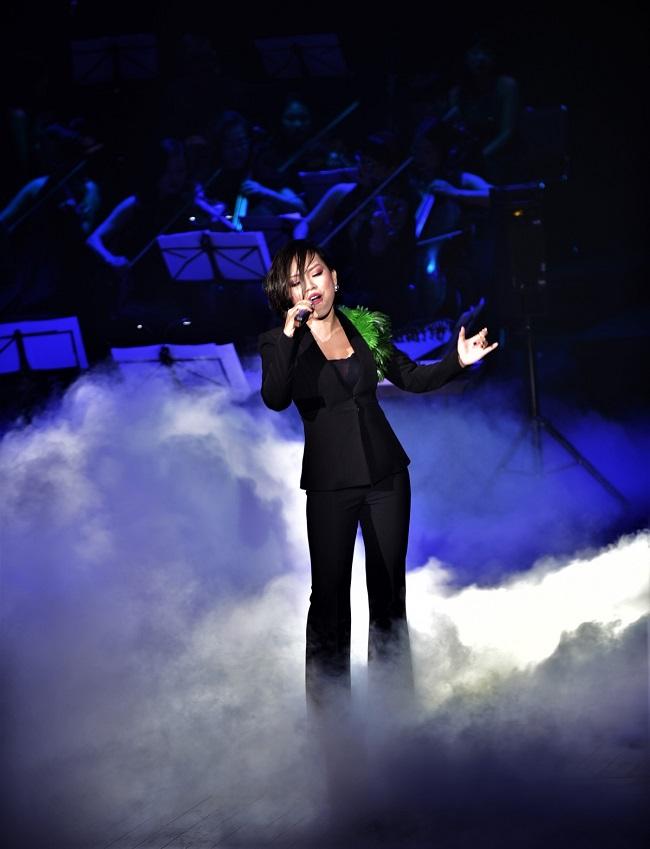 Thái Thùy Linh chọn trang phục tinh tế để bùng nổ trong live show Tiền Duyên