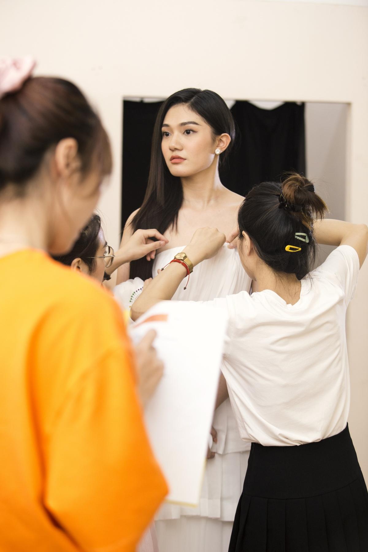 Thí sinh Hoa hậu Việt Nam 2020 thử váy NEVA cho đêm thi thời trang